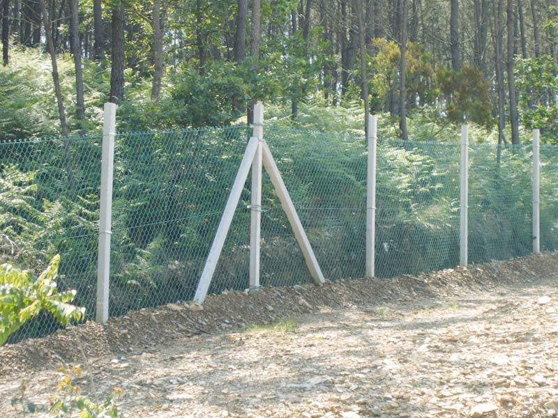 Fence with concrete posts / Mainstay Previcon